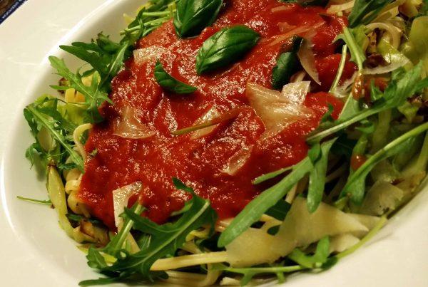 Das ist ein Foto von Spaghetti mit Tomatensoße. Das Rezept ist zum abnehmen geeignet und findet sich auf im Blog www.dieamethode.de