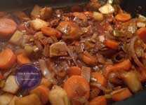 Gemüse wird mit Rotwein eingekocht